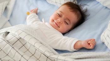 Baby auf Matratze